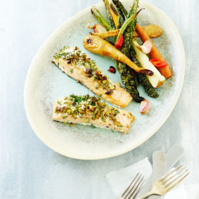 Ovnbagt laks med pistacie, parmesan og bagte rodfrugter