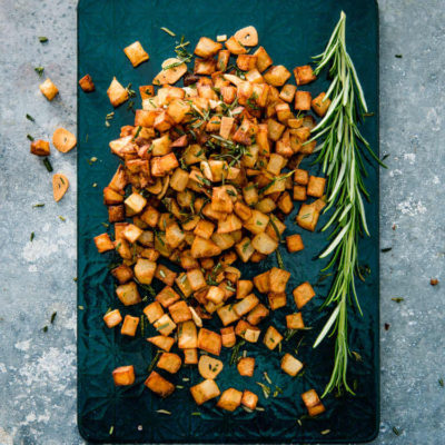 Sprødstegte kartofler med rosmarin og hvidløg